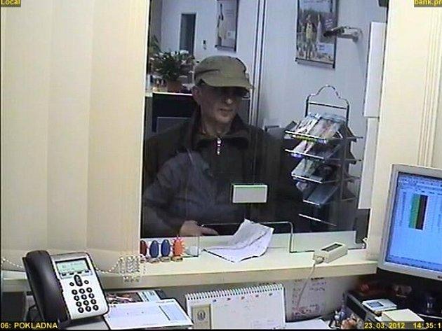 Kriminalisté druhého policejního obvodu pátrají po podezřelém z loupeže v jednom z bankovních domů na ulici Plzeňská.