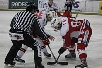 Čtvrtfinále play off první hokejové ligy - 2. zápas: Slavia Praha - Prostějov 5:1 (2:1, 1:0, 2:0). Na buly maďarský útočník ve službách hokejové Slavie Praha János Vas.