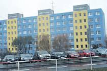 Panelákový blok na Jižním Městě. Kdysi nezajímavá jednobarevná šedá fasáda se v běhu času proměnila v opticky veselejší obytnou stavbu.