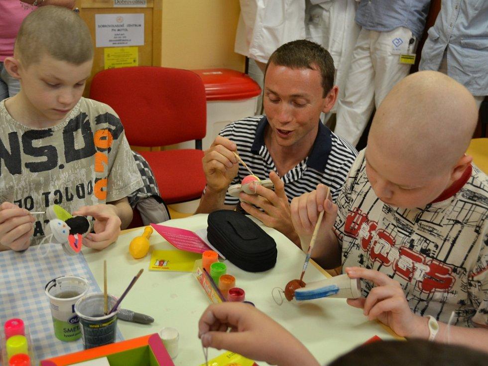 Jeden ze zakladatelů nadačního fondu Dobrý anděl Petr Sýkora při malování andělů v motolské nemocnici.