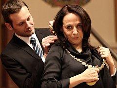 Trvalo to deset hodin, ale primátorkou nakonec byla Adriana Krnáčová zvolena hladce. Na rozdíl od svého předchůdce Tomáše Hudečka si neváhala nasadit primátorský řetěz. Nové vedení Prahy čeká souboj s časem, vlastními ambiciózními plány i opozicí.