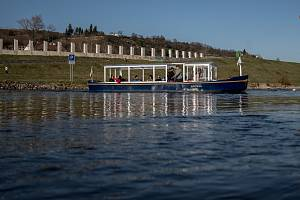 Přívoz mezi Stromovkou a Trojou, na místě, kde se v prosinci zřítila lávka pro pěší.