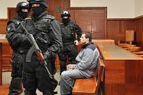 Bedlivě střežený uprchlý vězeň Jan Novák u Vrchního soudu v Praze.