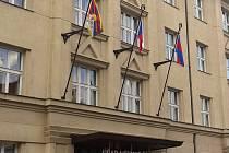 Tibetská vlajka vyvěšená na budově radnice v Praze 6.