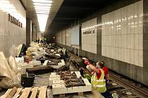 Výměna pražců v kolejišti metra linky C ve stanici Pankrác.