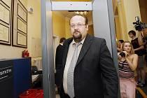 """Ve čtvrtek začal soud s lékařem Zbyňkem Veselským, který údajně třem pacientům lhal o jejich zdravotním stavu a pak si od nich nechal platit za """"speciální"""" léčbu."""