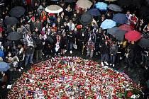 Lidé přicházeli i 8. září na pražské Staroměstské náměstí, aby uctili památku třech hokejových reprezentantů, kteří zahynuli při leteckém neštěstí v Rusku 7. září.