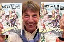 Kniha MS ve fotbale 1930-2014 zásadní okamžiky v karikaturách. Kmotrem knihy byl fotbalový internacionál František Straka na snímku. OC Arkády Pankrác 5. června.