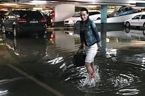Déšť způsobil škodu i v obchodním centru Nový Smíchov na Andělu, kde se voda dostala do garáží.
