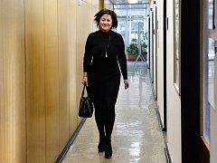 Radmila Kleslová byla označována za nejvlivnější ženu pražské politiky. I když kvůli kauze odměn ze státních a městských firem opustila veřejné funkce, její vliv prý zůstává značný. O její působení se ve firmách zajímá policie a státní zastupitelství.
