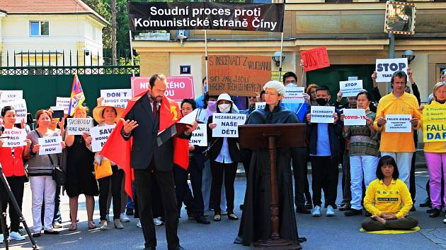 Divadelní inscenace před čínskou ambasádou připomněla 31. výročí masakru.