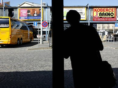 ZDÁNLIVÝ POKLID. Hlavní pražské autobusové nádraží na Florenci není bezpečné. Odjíždějící i přijiždějící cestující jsou častým terčem vyděračů, kapsářů a dalších kriminálních živlů.