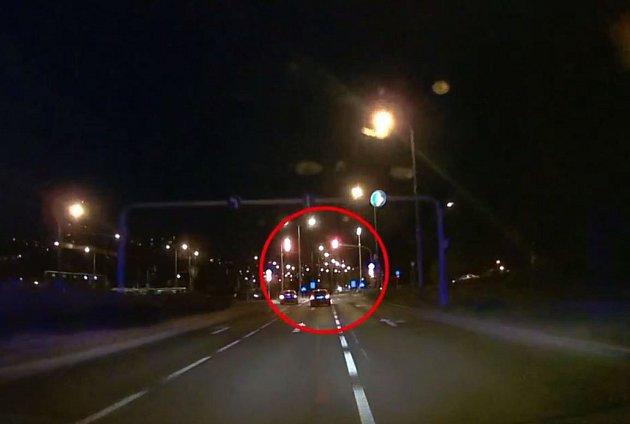 Automobilová honička se strážníky skončila nehodou.