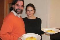 BLÁZNI (PAZZI). Andrea Crippa s přítelkyní Lucií. A jejich specialita –  rizoto s dýní a sýrem taleggio, které servírují jako předkrm na Festivalu vůní.