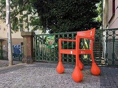 Podivná židle se objevila u Nuselských schodů