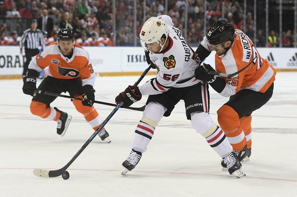 Philadelphia - Chicago - Utkání NHL Global Series: Philadelphia - Chicago, 4. října 2019 v Praze. Zleva Erik Gustafsson z Chicaga a James van Riemsdyk z Philadelphie.