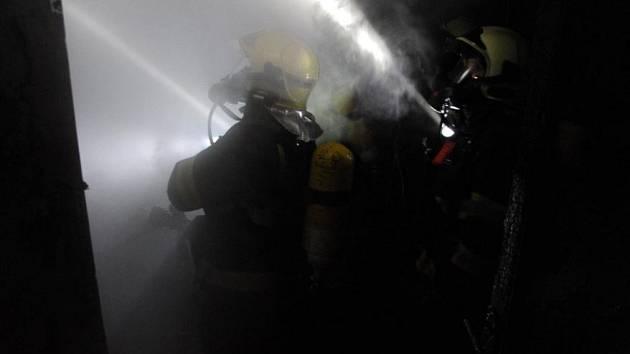 Noční požár v ulici Bílkova.