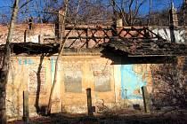 Tristní pohled na objekty bývalé osady Buďánka má v budoucnu změnit uvažovaný záměr její obnovy. Naděje tedy umírá poslední.