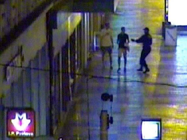 Strážníci z Prahy 2 zadrželi mladíky, kteří zničili reklamní poutač.