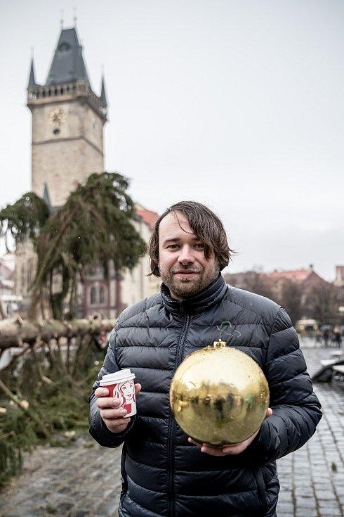 Kácení vánočního smrku na pražském Staroměstském náměstí probíhalo 9. ledna 2020 pod dohledem umělce Marka Číhala. Číhal společně s brněnskými truhláři ze dřeva stromu vyrobí charitativní stoly.