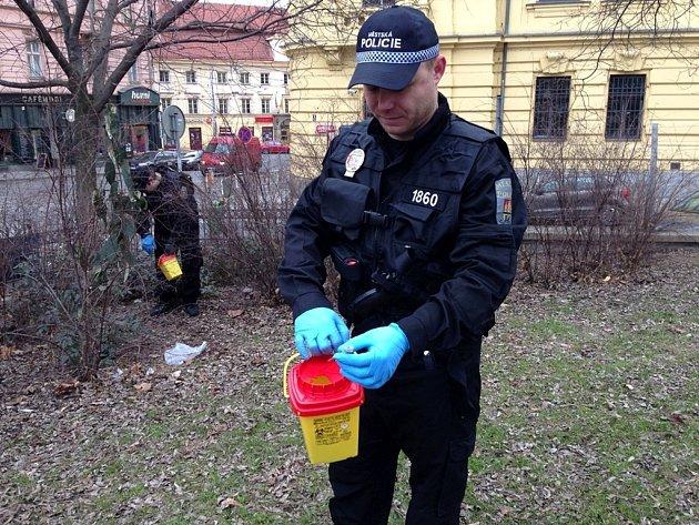 Strážníci pražské městské policie při sběru injekčních stříkaček.