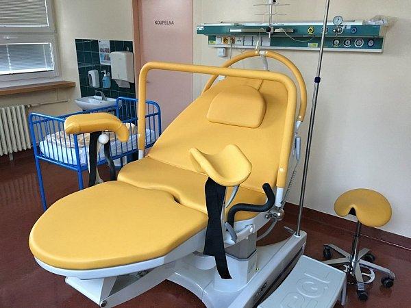 Porodnická postel vNemocnici Na Bulovce vPraze.