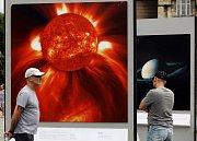 Na náměstí Jana Palacha před Rudolfinem můžete na dvaceti panelech vidět výstavu těch nejhezčích vesmírných objevů. Výstava je součástí Evropského týdne astronomie a kosmických věd.