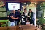 Martin Fenin po podpisu smlouvy s trenérem Lukičem (první zleva) a starostou Řeporyj Pavlem Novotným (druhý zleva)(