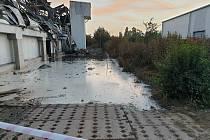 V Uhříněvsi mohla voda z požáru haly kontaminovat rybník a potok.
