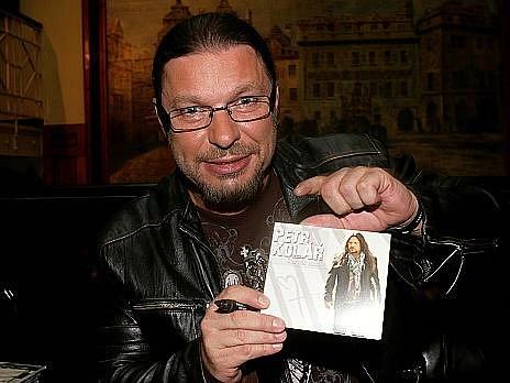 Petr Kolář pokřtil v pondělí v Pražském Hard Rock Café album – Čas nás naučí. Hlavním kmotrem se stal Jaro Slávik.