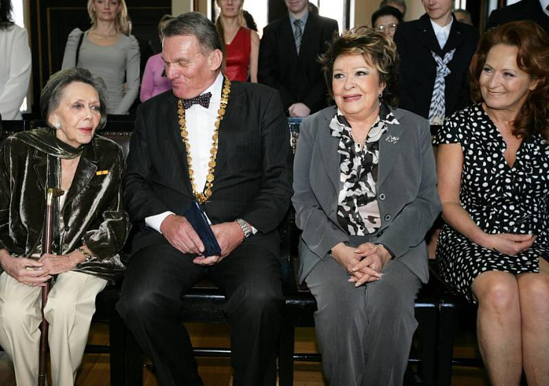 Pražský primátor Bohuslav Svoboda předal herečkám Jiřině Jiráskové a Jiřině Bohdalové k jejich významnému životnímu jubileu stříbrnou medaili hlavního města.