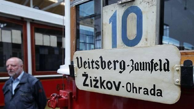 Dopravní podnik hl. m. Prahy ukazuje městskou hromadnou dopravu v období 2.světové války. Slavnostního otevření výstavy se zúčastnil v Muzeu MHD primátor Tomáš Hudeček.