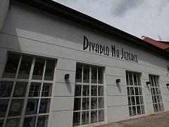 Divadlo Na Jezerce.