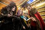 Půlnočním prodejem byl zahájen 24. září v pražském knihkupectví NeoLuxor prodej knihy Harry Potter a prokleté dítě.