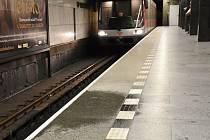 Prosakující voda zatéká ve stanici metra I. P. Pavlova přímo na peron.
