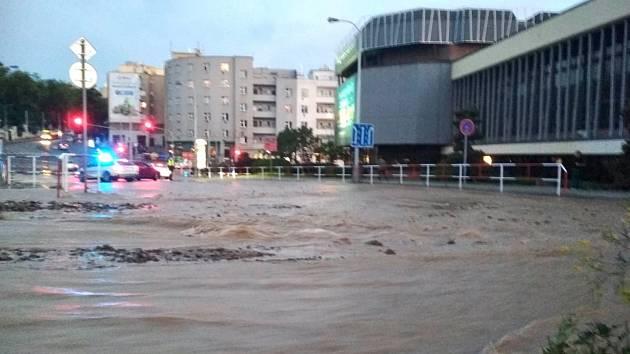 Voda z prasklého potrubí zaplavila Prokopovu ulici na Žižkově.