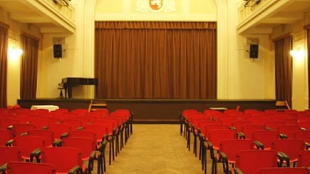 Hlavní sál Divadla Za plotem v Bohnicích.