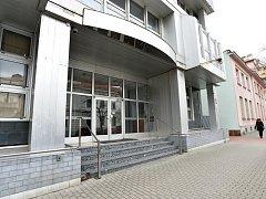 V nové budově radnice Prahy 7 v ulici U Průhonu by mělo pracovat až 200 úředníků na ploše zhruba 2500 metrů čtverečních. Městská část již vypsala mezinárodní architektonickou soutěž, vítězný návrh rekonstrukce budovy by měl být znám v polovině května.