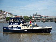 Loď Skipper Mistress kotvící na Vltavě na Smíchově je určena nejen k výletním plavbám, ale hlavně k výuce. Její provozovatel Jiří Kučera spravuje i zájmový a informační web lodnik.cz.