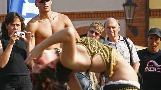 Kdo se zrovna nepodílel na tvorbě Deníku, mohl obdivovat um orientálních tanečnic.