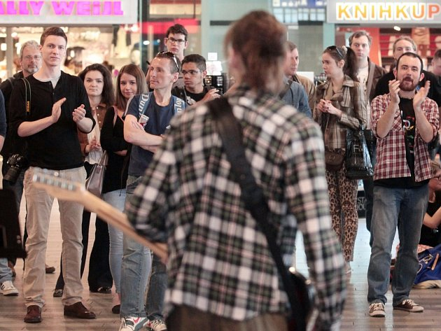 Živá vystoupení ve vybraných stanicích metra Nalaďte se v metru,které pořádal dopravní podnik hlavního města Prahy a VOŠ Jaroslava Ježka.