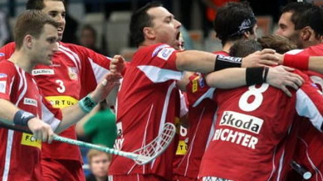 NA VÍTĚZNÉ VLNĚ. Reprezentanti doufají, že jim pomohou pražští diváci porazit v sobotu favorizované Finy.