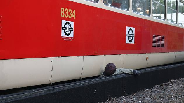 Hasiči pražského dopravního podniku cvičili zásah, kdy se člověk zaklínil pod koly tramvaje a protihlukovou clonou.
