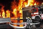 Zásah hasičů u čtvrtečního požáru Průmyslového paláce na Výstavišti, který způsobil miliardovou škodu.