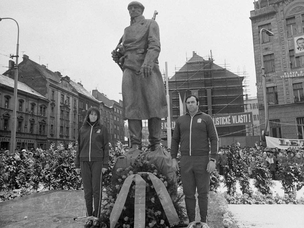 Milicionář – V roce 1973 byl na náměstí Lidových milicí (dnes náměstí OSN) odhalen pomník Milicionáře od sochaře Jana Simoty. U sochy stojí diskař Ludvík Daněk. Socha byla po sametové revoluci odstraněna.