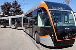 Tříčlánkový trolejbus jezdí například v Linci.