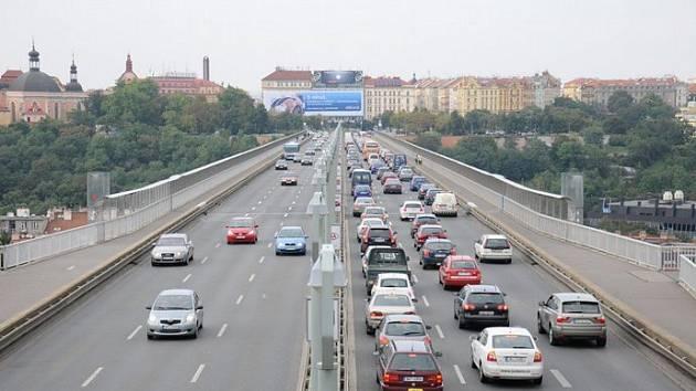 """Na domě u Nuselského mostu v Praze visí dlouhé roky nelegální LED billboard. Magistrát chce nyní omezit """"reklamní džungli""""."""
