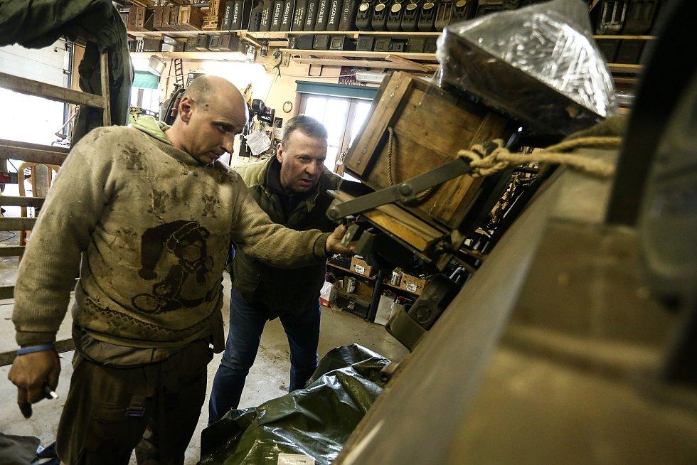 """Americký tank M4 Sherman patří Pavlu Roglovi (vpravo). Mechanikem je Jan """"Jelly"""" Šulc."""