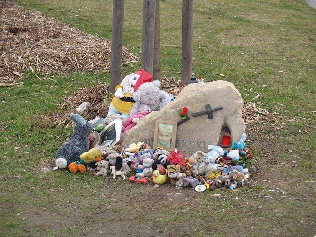 Smrt chlapce. Zběsilá jízda motocyklisty ukončila v roce 2006 život sedmiletého chlapce na přechodu v Patočkově ulici.