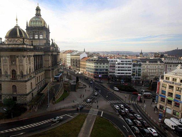 Pohled na budovu Národního muzea a magistrálu.